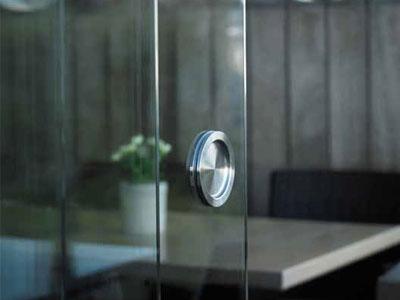 jakub-gardner-team-krakow-ogrod-projektowanie-zakladanie-ogrodow-ekskluzywne-luksusowe-ogrody-pergola-pergole-renson-funkcje-wyposazenie-szklane-panele