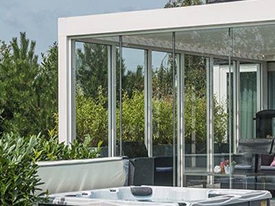 jakub-gardner-team-krakow-ogrod-projektowanie-zakladanie-ogrodow-ekskluzywne-luksusowe-ogrody-pergola-pergole-renson-funkcje-wyposazenie-szklane-panele4